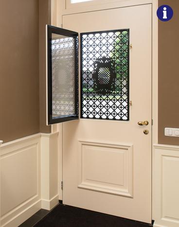 klassieke voordeur met rooster binnenzijde