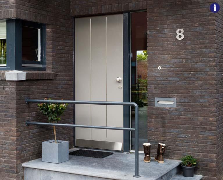 moderne voordeur wit RVS weekamp